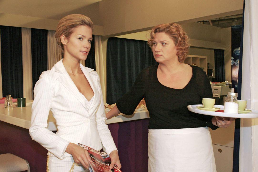 Sabrina (Nina-Friederike Gnädig, l.) kann sich nicht mit Lisas Glück abfinden und lästert mal wieder, als Agnes (Susanne Szell, r.) ihr Paroli bi... - Bildquelle: Sat.1