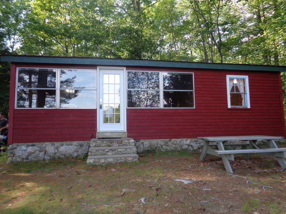 Das Paar Danielle und Shwan liebt es, mit ihren Kindern an den Sebago Lake in Maine zu reisen. Nun macht sich Immobilienmaklerin Carol Kilburn auf d... - Bildquelle: 2015, HGTV/Scripps Networks, LLC. All Rights Reserved.