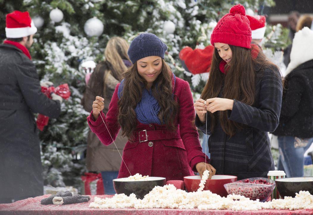 Bonnie und Elena versuchen Weihnachten zu genießen - Bildquelle: Warner Bros. Entertainment Inc.