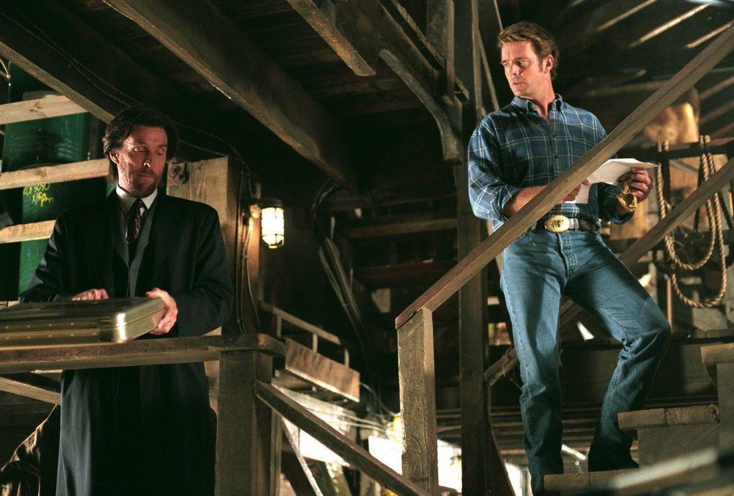Was verbirgt Lionel (John Glove, l.) vor Jonathan (John Schneider, r.)? - Bildquelle: Warner Bros.