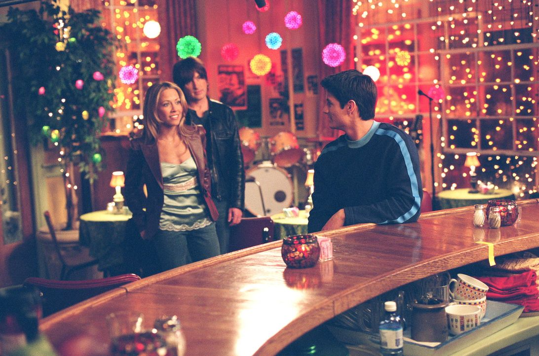 Nathan (James Lafferty, r.) ist überrascht, als er Sheryl Crow (Sheryl Crow, l.) und Tim Smith (Tim Smith, M.) in Karen's Cafe triift ... - Bildquelle: Warner Bros. Pictures