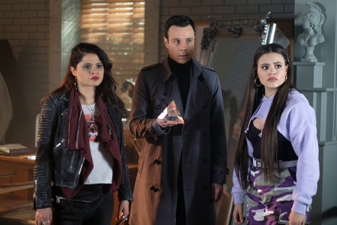 (v.l.n.r.) Mel Vera (Melonie Diaz); Harry Greenwood (Rupert Evans); Maggie Vera (Sarah Jeffery) - Bildquelle: Robert Falconer 2019 The CW Network, LLC. All rights reserved. / Robert Falconer
