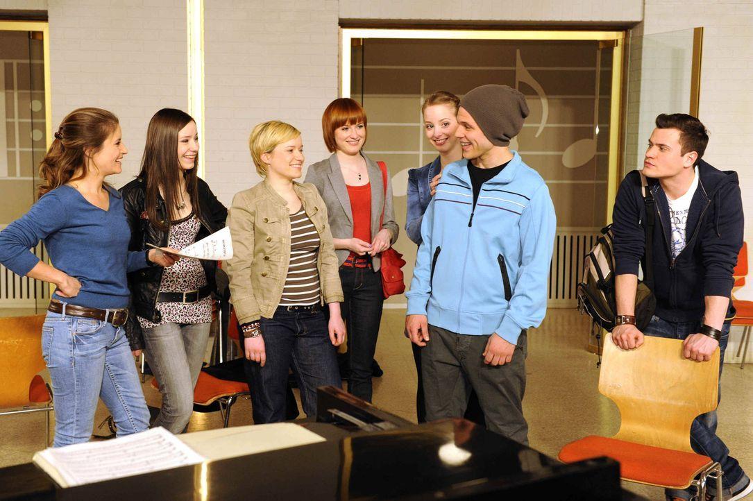 Bea (Vanessa Jung, l.), Luzi (Selina Müller, 2.v.l.), Emma (Kasia Borek, 3.v.l.), Sophie (Franciska Friede, M.), Lara (Amelie Plaas Link, 3.v.r.) u... - Bildquelle: SAT.1