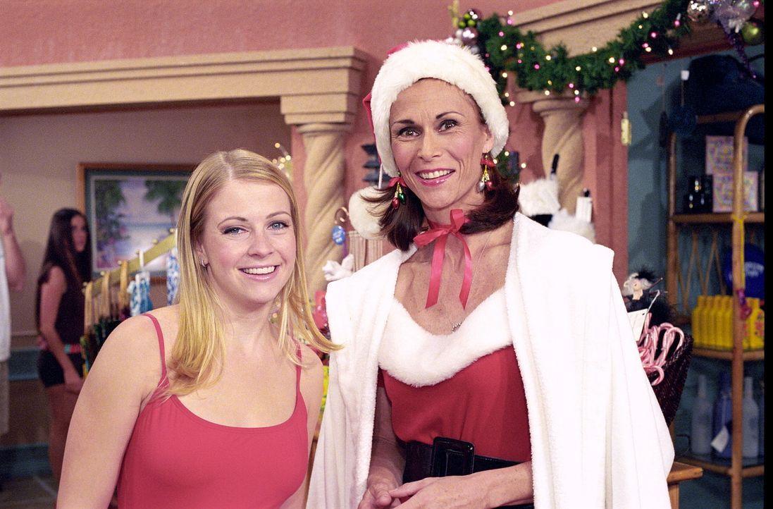 Roxies Mutter Candy (Kate Jackson, r.) ist aus dem Gefängnis entlassen worden und tritt in einem Ferienclub als Weihnachtsmann auf. Da trifft sie a... - Bildquelle: Paramount Pictures