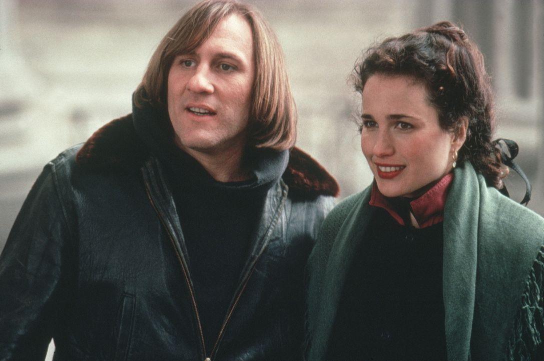 Damit Bronté (Andie MacDowell, r.) ihre Traumwohnung bekommt und George (Gérard Depardieu, l.) weiterhin in den USA arbeiten kann, gehen sie eine Sc... - Bildquelle: Warner Bros.