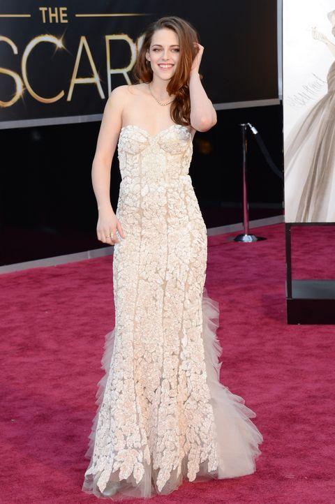 Kristen Stewart auf dem Roten Teppich der Oscar Verleihung 2013 - Bildquelle: AFP