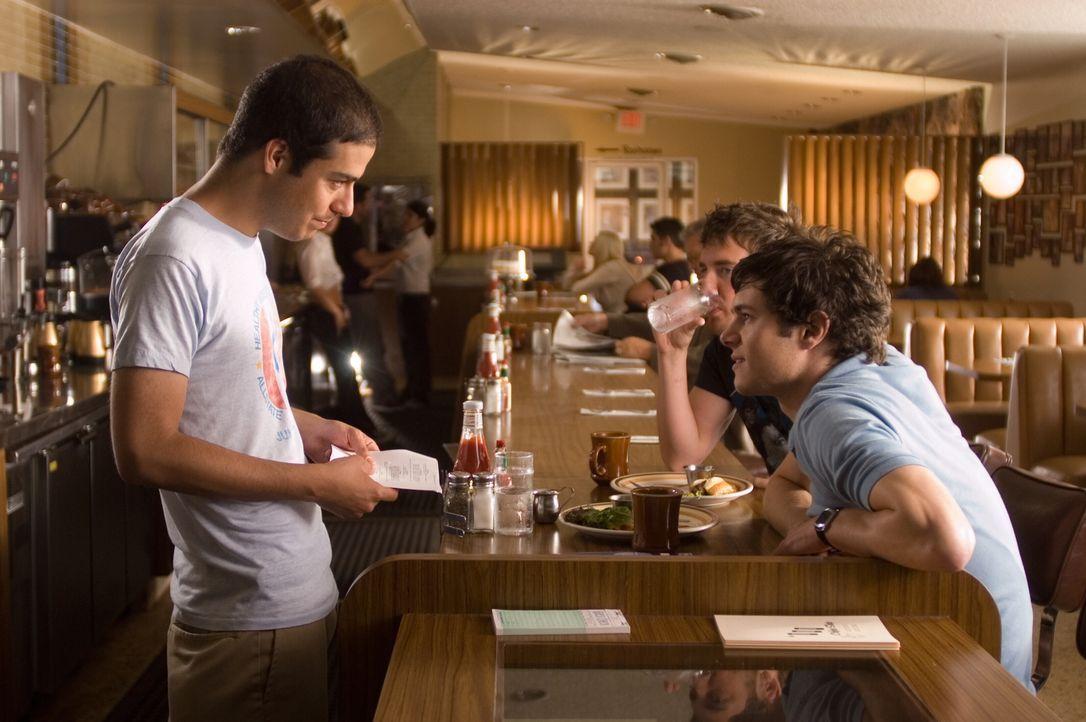 Regisseur Jonathan Kasdan, l. mit seinem Hauptdarsteller Adam Brody, r. - Bildquelle: 2007 Warner Brothers