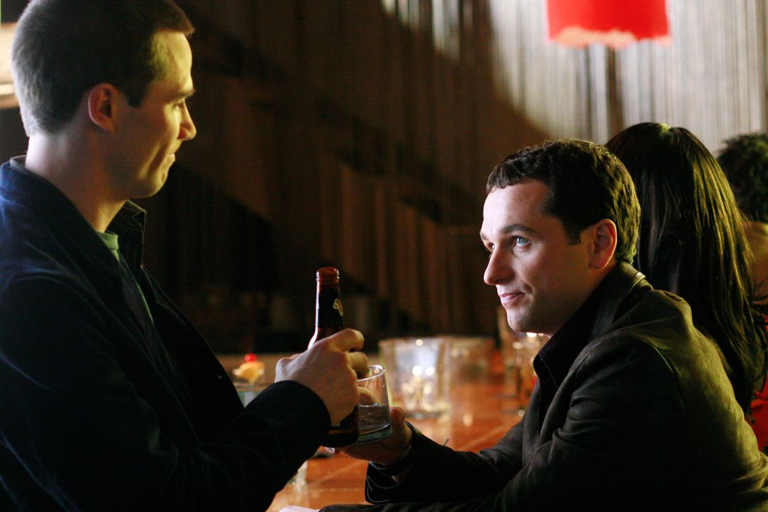 Während Kitty mit Seantor McCallister in San Diego ist, trifft Kevin (Matthew Rhys, r.) auf seinen Ex-Freund Scotty (Luke MacFarlane, l.) - mit sch... - Bildquelle: Disney - ABC International Television
