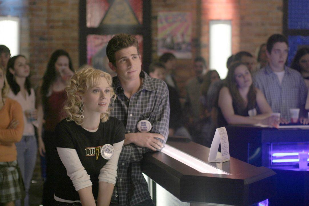 Peyton (Hilarie Burton, l.) drückt ihrer Freundin die Daumen und hofft, dass sie das Rennen macht ... - Bildquelle: Warner Bros. Pictures