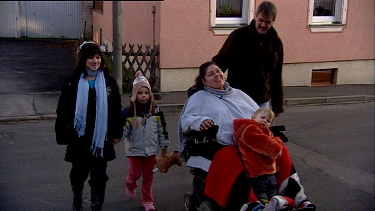 Weil Mutter Lori sterbenskrank ist, übernimmt Tochter Anuschka (4) aus Berlin schon viele Aufgaben, für die sie eigentlich noch zu jung ist. - Bildquelle: ProSieben