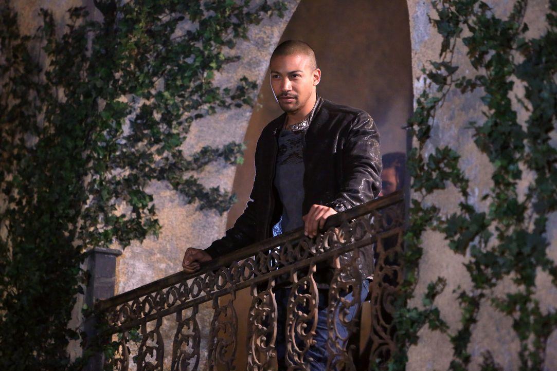 Marcel auf dem Balkon - Bildquelle: Warner Bros. Entertainment Inc.