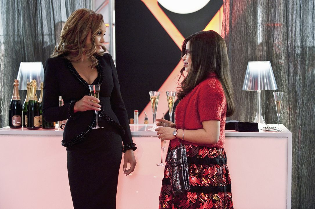 Wilhelmina (Vanessa Williams, l.) will Betty (America Ferrera, r.) ausgerechnet zu Fashion Week Zeit dazu verdammen, an einer Buch-Kritik zu schreib... - Bildquelle: David Giesbrecht 2009 American Broadcasting Companies, Inc. All rights reserved.