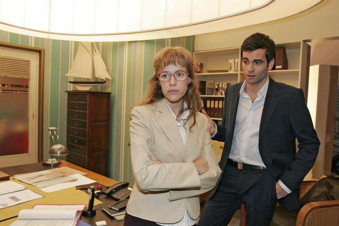 Lisa (Alexandra Neldel, l.) ist enttäuscht, als David (Mathis Künzler, r.) ihr mitteilt, dass sie weiterhin in der PR-Abteilung bei Mariella arbeite... - Bildquelle: Monika Schürle SAT.1 / Monika Schürle
