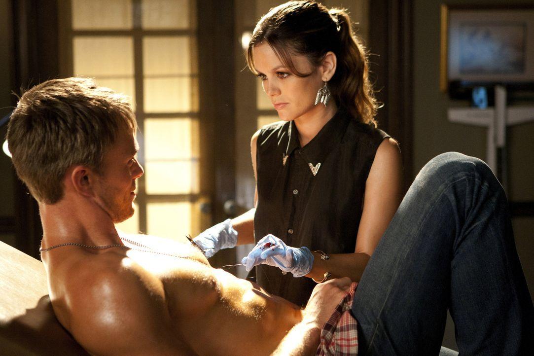 Schließlich bringt die Hitzewelle sogar Wade (Wilson Bethel, l.) auf Zoes (Rachel Bilson, r.) Behandlungsstuhl ... - Bildquelle: Warner Bros.
