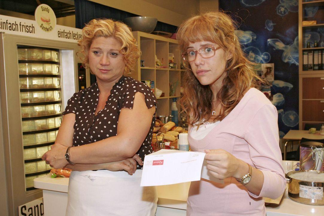 Als Lisa (Alexandra Neldel, r.) Agnes' (Susanne Szell, l.) Entlassungsbrief liest, steigt in ihr die Wut auf Richard auf. (Dieses Foto von Alexandra... - Bildquelle: Monika Schürle SAT.1 / Monika Schürle
