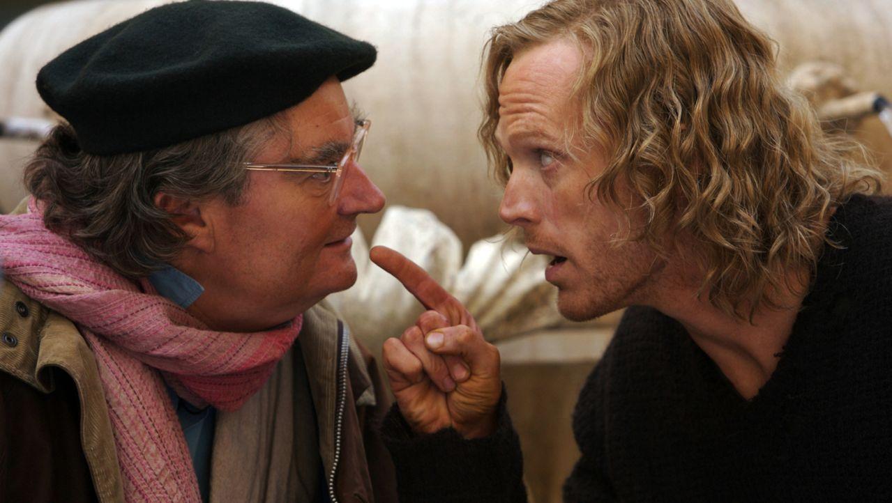 """Staubfinger (Paul Bettany, r.) ist fest davon überzeugt, dass Fenoglio (Jim Broadbent, l.) weiß, wie er in die Welt von """"Tintenherz"""" zurückkommen ka... - Bildquelle: Warner Brothers"""