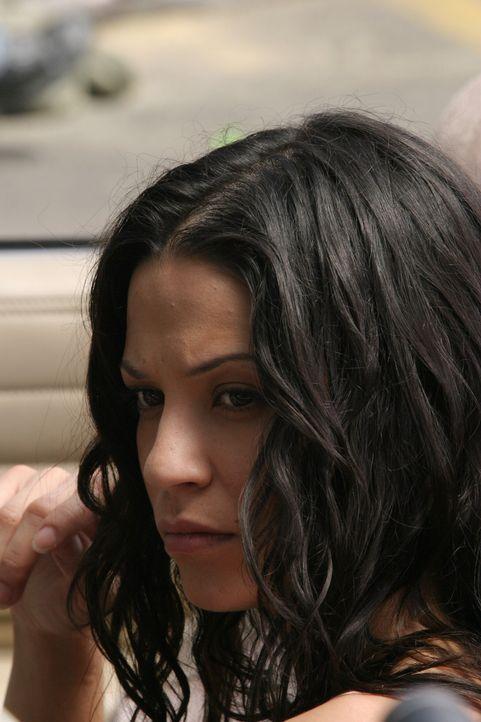 Als Ryan versucht Seth zu überzeugen wieder nach Hause zu kommen, erreicht ihn ein Anruf von Theresa (Navi Rawat) - sie schwindelt ihm vor, sie hab... - Bildquelle: Warner Bros. Television