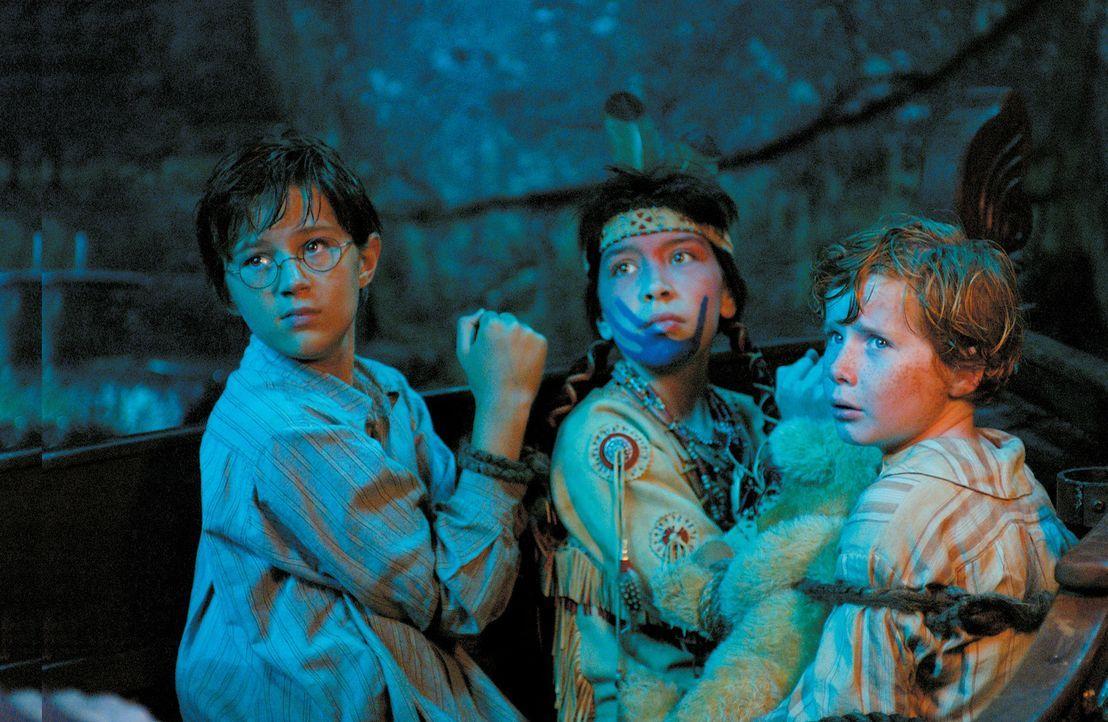 Im Nimmerland werden John (Harry Newell, l.) und Michael (Freddie Popplewell, r.) von Tiger Lily (Carsen Gray, M.) gefangen genommen ... - Bildquelle: 2004 Sony Pictures Television International. All Rights Reserved.