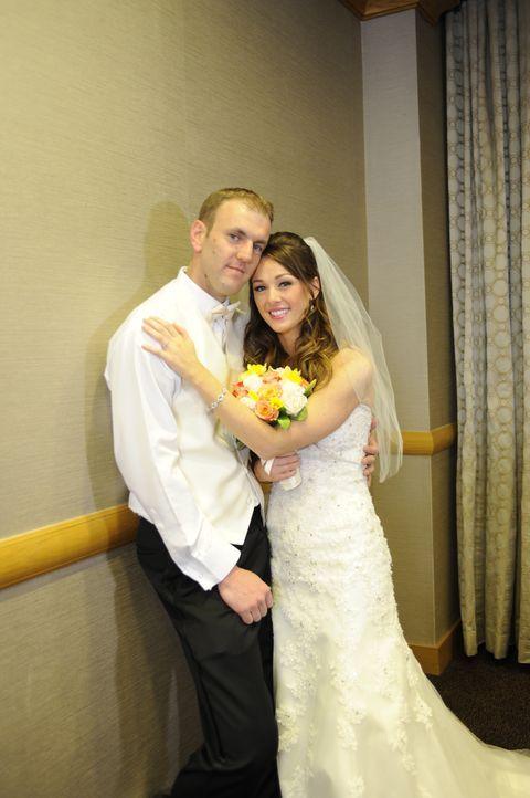 Bei den Hochzeitsfotos fühlt sich Jamie (r.) nicht sehr wohl und das merkt auch ihr frisch gebackener Ehemann Doug (l.) ... - Bildquelle: A+E Networks