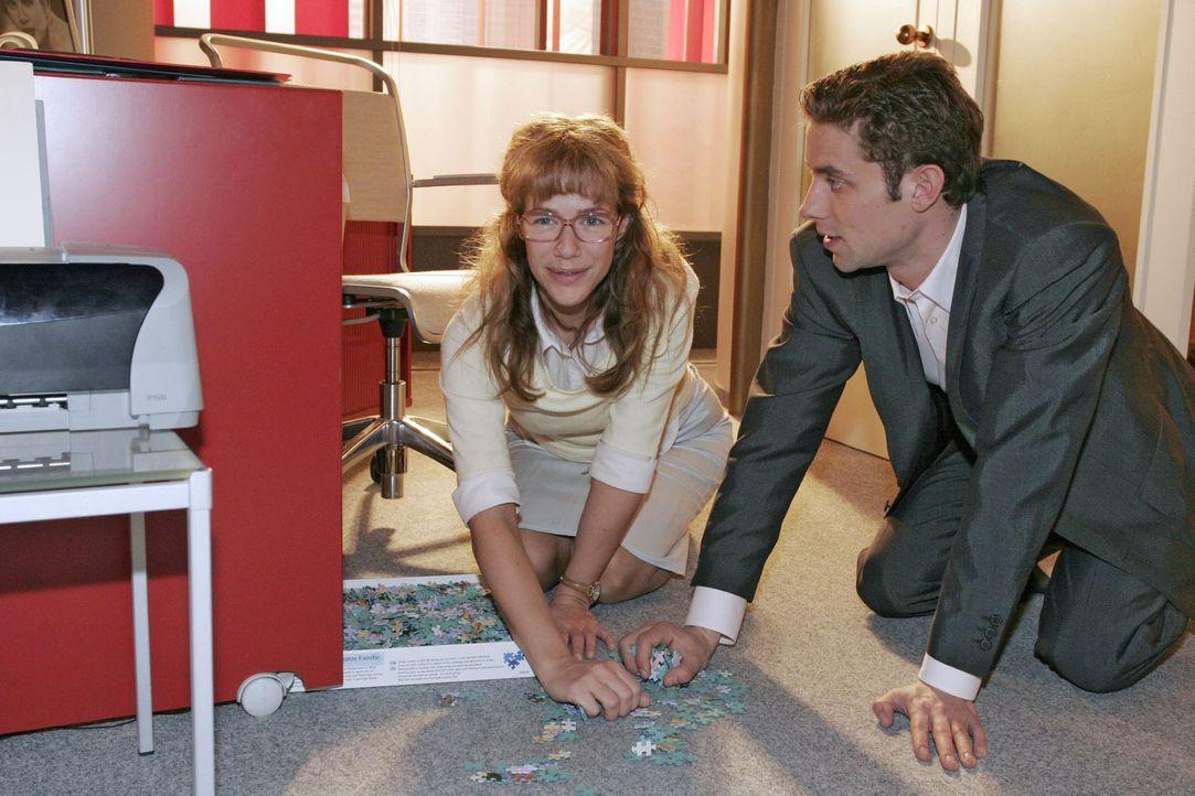 Lisa (Alexandra Neldel, l.) stellt fest, dass Max (Alexander Sternberg, r.) und sie offenbar einige Gemeinsamkeiten haben ... (Dieses Foto von Alexa... - Bildquelle: Sat.1