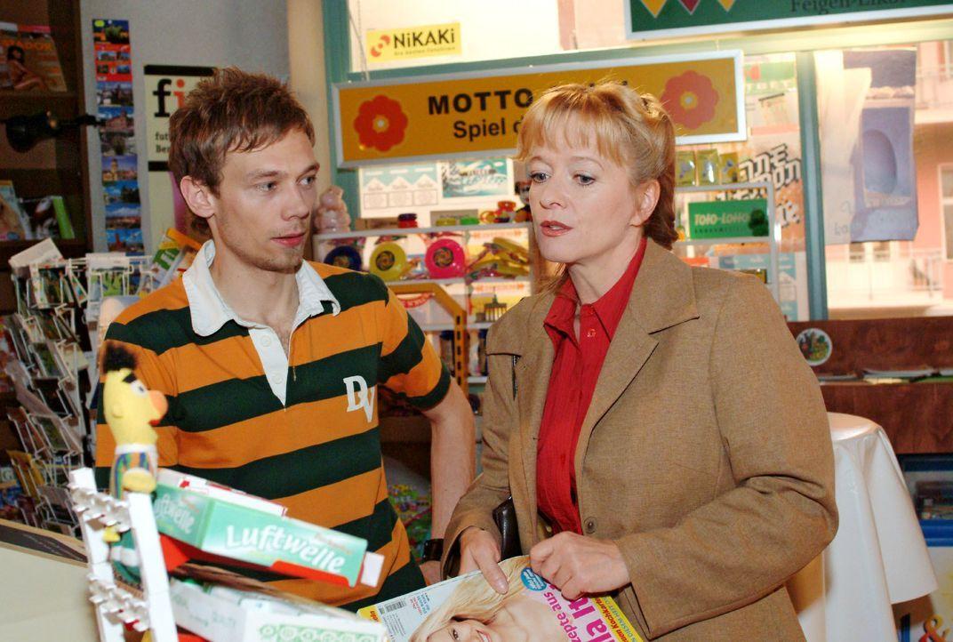 Helga (Ulrike Mai, r.) versucht Jürgen (Oliver Bokern, l.) davon zu überzeugen, dass sie als Aushilfe für den Kiosk die geeignete Kraft wäre. Doch J... - Bildquelle: Monika Schürle SAT.1 / Monika Schürle