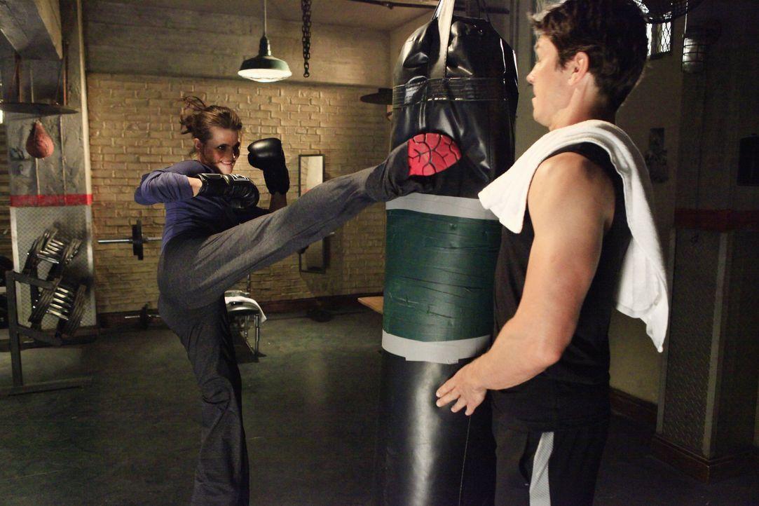 Beim Training muss sich Det. Tom Demming (Michael Trucco, r.) vor Kate (Stana Katic, l.) in acht nehmen. - Bildquelle: ABC Studios