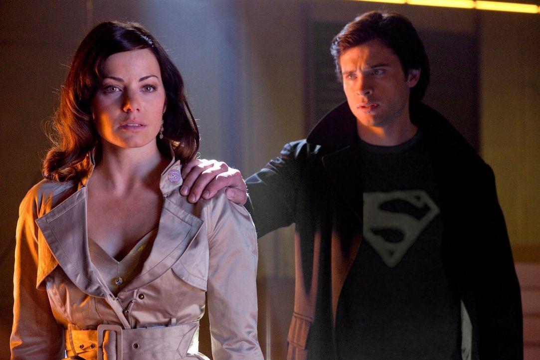 Wird Clark (Tom Weling, r.) seiner Freundin Lois (Erica Durance, l.) endlich die Wahrheit über sich und seine Kräfte sagen? - Bildquelle: Warner Bros.