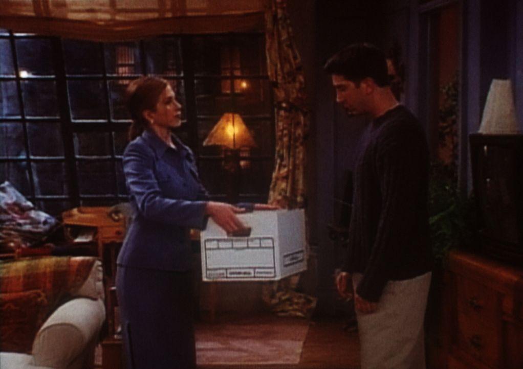 Rachel (Jennifer Aniston, l.) will ganz neu anfangen und gibt Ross (David Schwimmer, r.) einige Sachen zurück. - Bildquelle: TM+  2000 WARNER BROS.