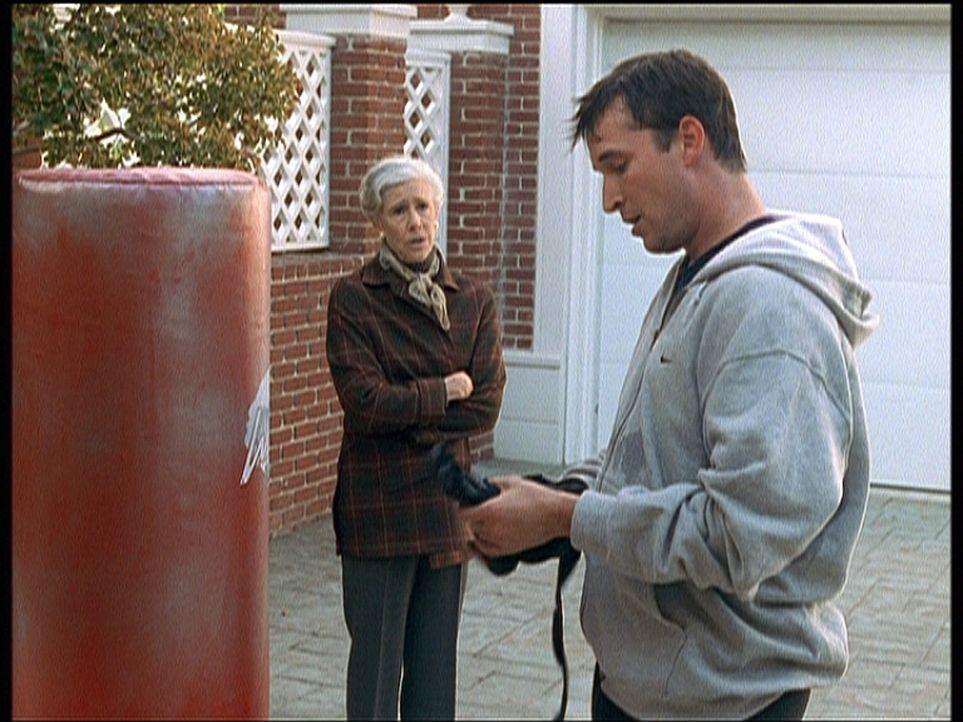 Millicent (Frances Sternhagen, l.) versucht ein weiteres Mal, Carter (Noah Wyle, r.) zu überreden, seinen Job in der Notaufnahme aufzugeben. - Bildquelle: TM+  2000 WARNER BROS.