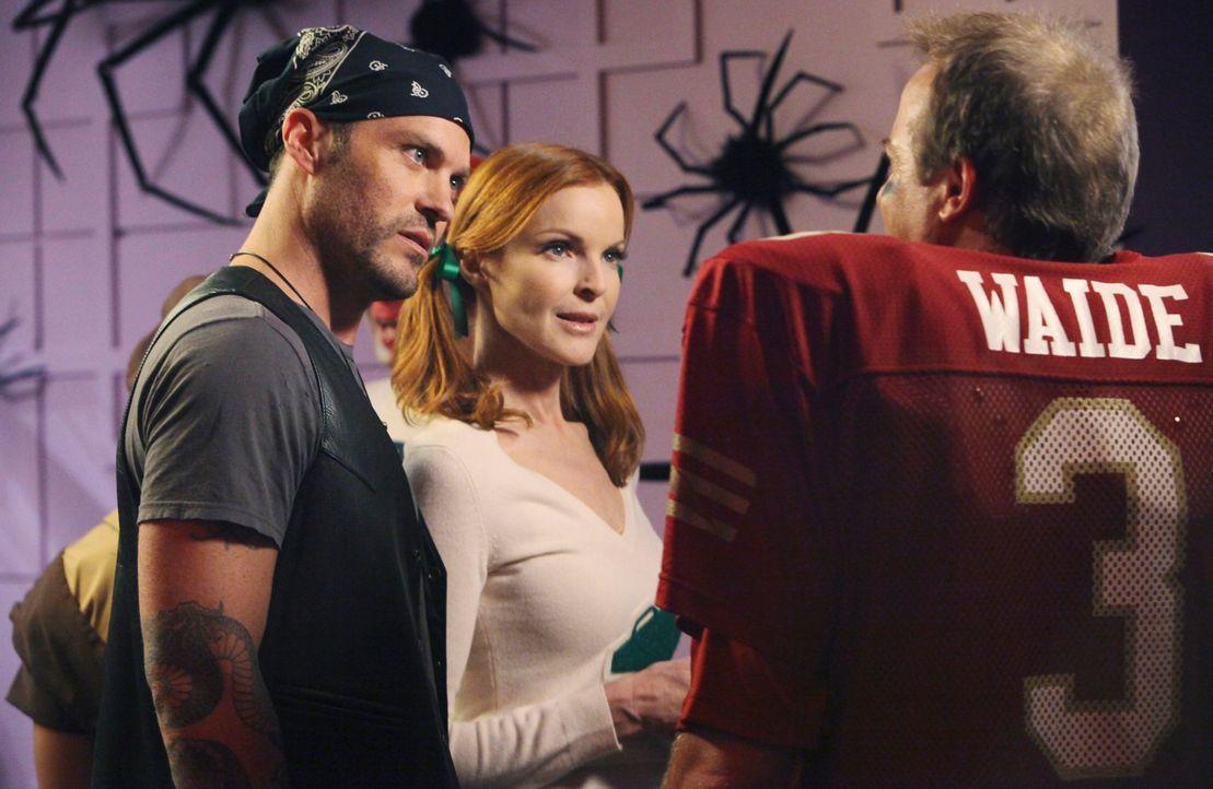 Bree (Marcia Cross, M.) wird auf der Halloweenparty plötzlich von einem Mann (Peter Breitmayer, r.) angemacht, der sie attraktiv zu finden scheint.... - Bildquelle: ABC Studios