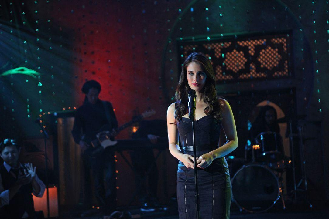 Adrianna (Jessica Lowndes) ahnt nicht, was sich hinter der Bühne während ihres Auftritts abspielt ... - Bildquelle: 2012 The CW Network. All Rights Reserved.