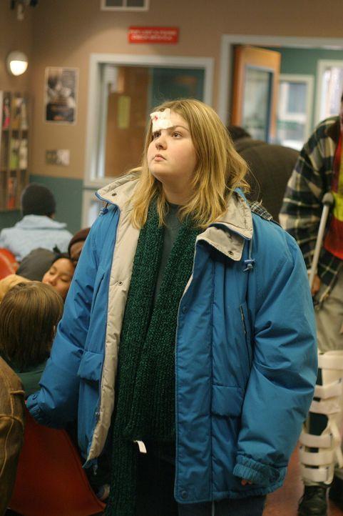Neela behandelt die 15jährige fettleibige Amy (Kylie Sparks), deren jüngerer an ADHD (Aufmerksamkeitsdefizit und Hyperaktivität) leidender Bruder ih... - Bildquelle: WARNER BROS