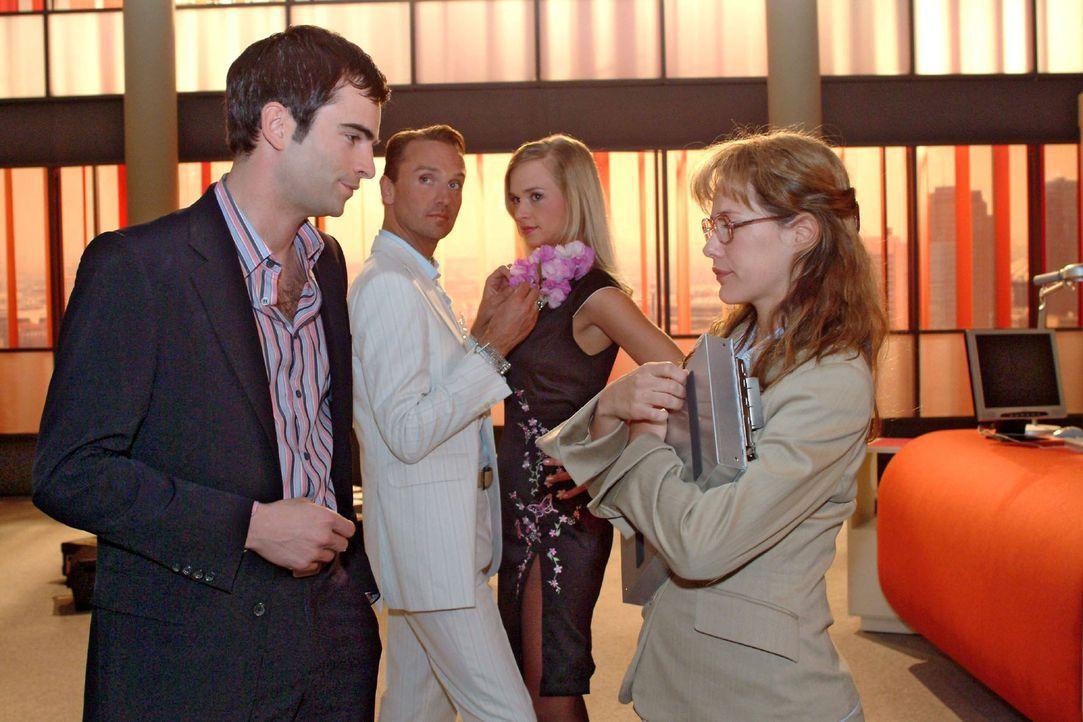 Lisa (Alexandra Neldel, vorne r.) ist erleichtert, dass David (Mathis Künzler, vorne l.) sie gegenüber Mariella in Schutz nimmt. (Dieses Foto von... - Bildquelle: Sat.1