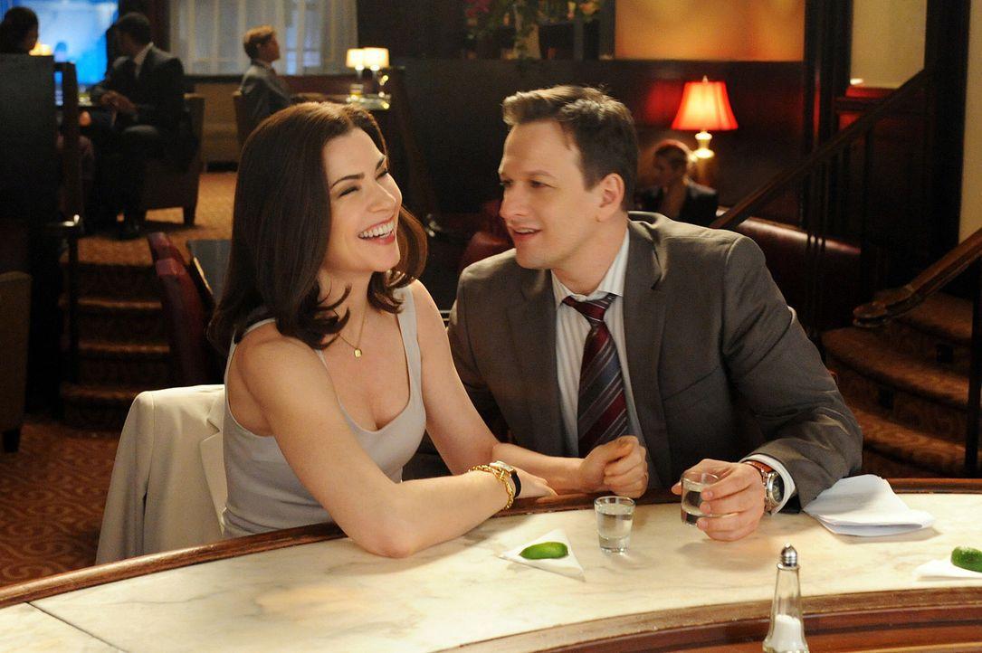 Will (Josh Charles, r.) und Alicia (Julianna Margulies, l.) amüsieren sich in einer Bar ... - Bildquelle: CBS Broadcasting Inc. All Rights Reserved