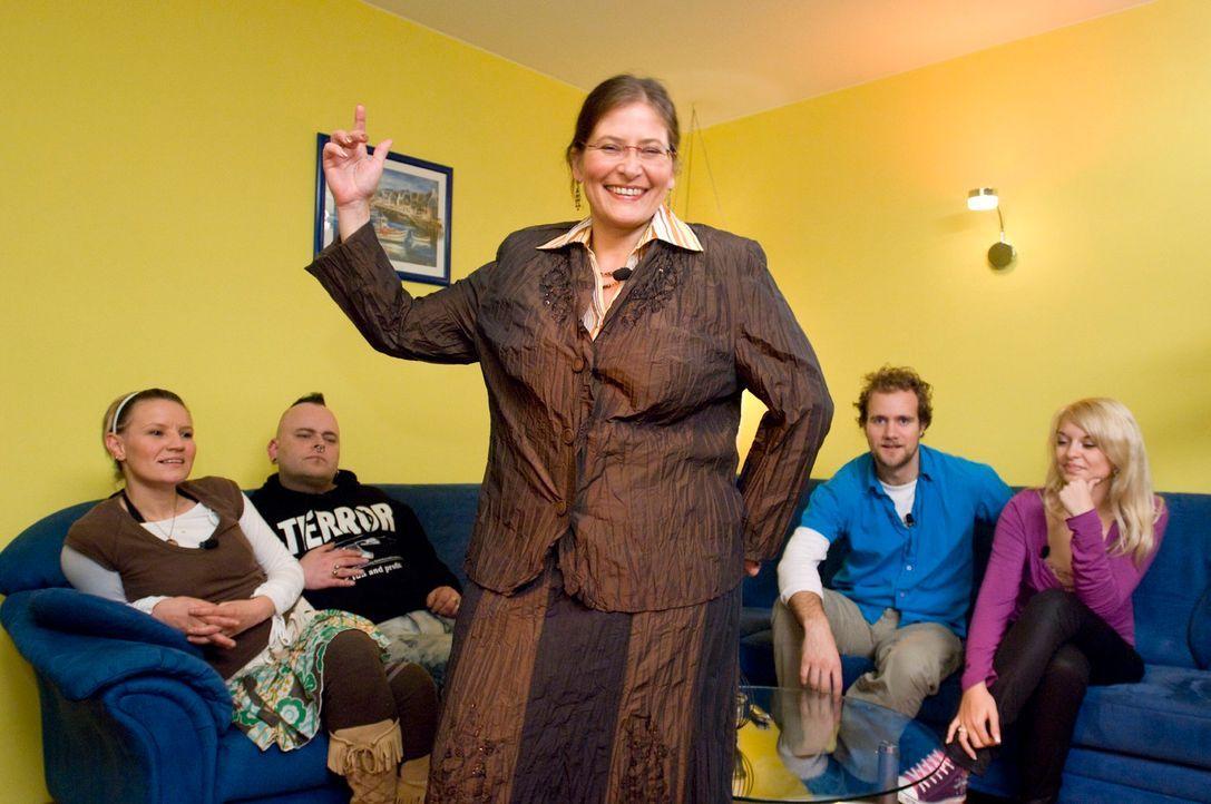 Maggy (M.) stellt sich auch in diesem Outfit dem Urteil der Kandidaten. Werden Jenny (l.), Mark (2.v.l.), Pascal (2.v.r.) und Vanessa (r.) dieses Ko... - Bildquelle: Stefan Menne Sat.1