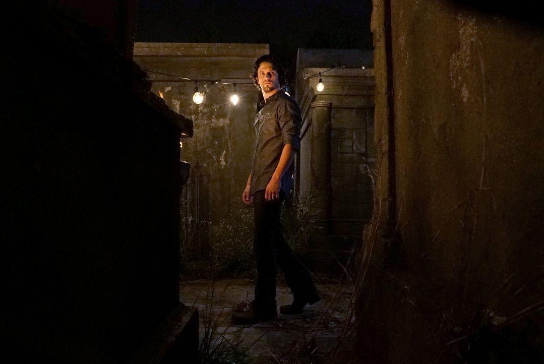 Davina ist mit ihrer Aufgabe als Anführerin der Hexen überfordert und bittet Jackson (Nathan Parsons) und Hayley um Hilfe ... - Bildquelle: Warner Bros. Entertainment Inc.
