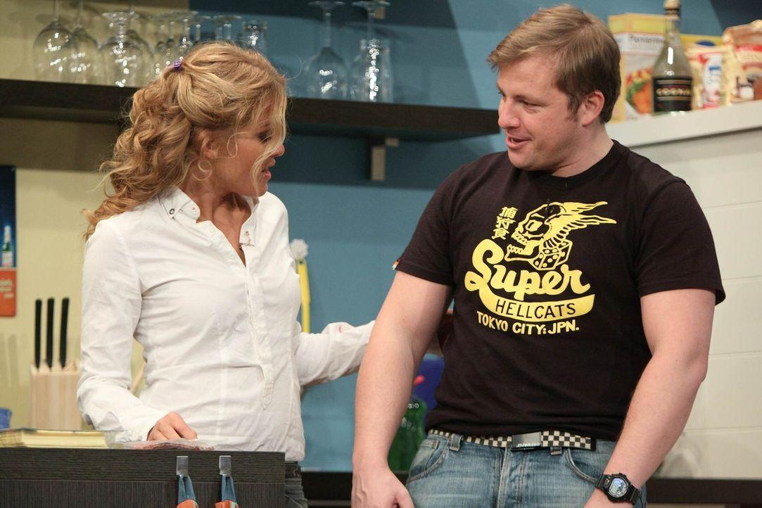 Auf Jürgens Freunde ist Verlass: Nachdem er verletzt von einem Dreh zurück ist, kümmern sich Martin (r.) und Tanja (l.) rührend um ihn ... - Bildquelle: Frank Hempel SAT.1