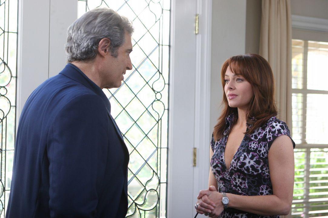 Julie (Melinda Clarke, r.) ist mit Summers Vater auf einen Drink verabredet, doch leider kommt Dr. Roberts (Michael Nouri, l.) zu spät ... - Bildquelle: Warner Bros. Television