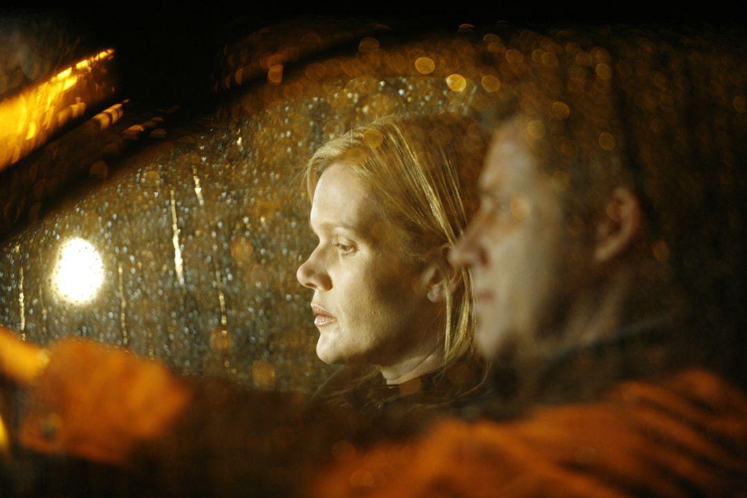 Richard Ludlow (Larry Poindexter, r.) bringt Lindsay (Catherine Dent, l.) zum Geschäft ihres Schwagers. Kurz darauf verschwindet die junge Frau Spur... - Bildquelle: Warner Bros. Entertainment Inc.