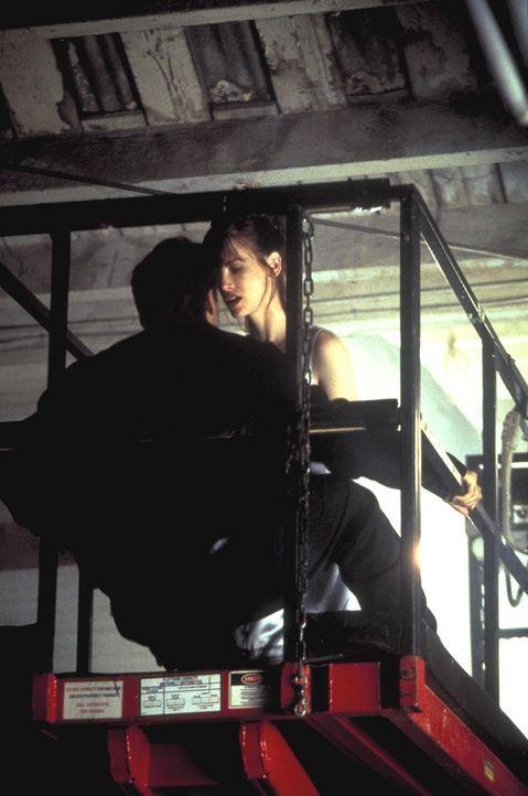 Aufgrund der Informationen gelingt es Mark (Vincent Spano, l.), Nicole (Cheryl Pollak, r.) aufzutreiben. Ungeniert leben sie alle Fantasien der jung... - Bildquelle: A. Pachasa ProSieben