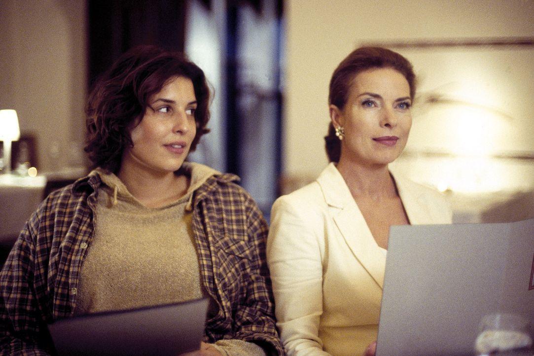 Mutter (Gudrun Landgrebe, r.) und Tochter (Elena Uhlig, l.) liegen sich ständig in den Haaren. Schönheit hat für Linda einen hohen Stellenwert, C... - Bildquelle: Sat.1