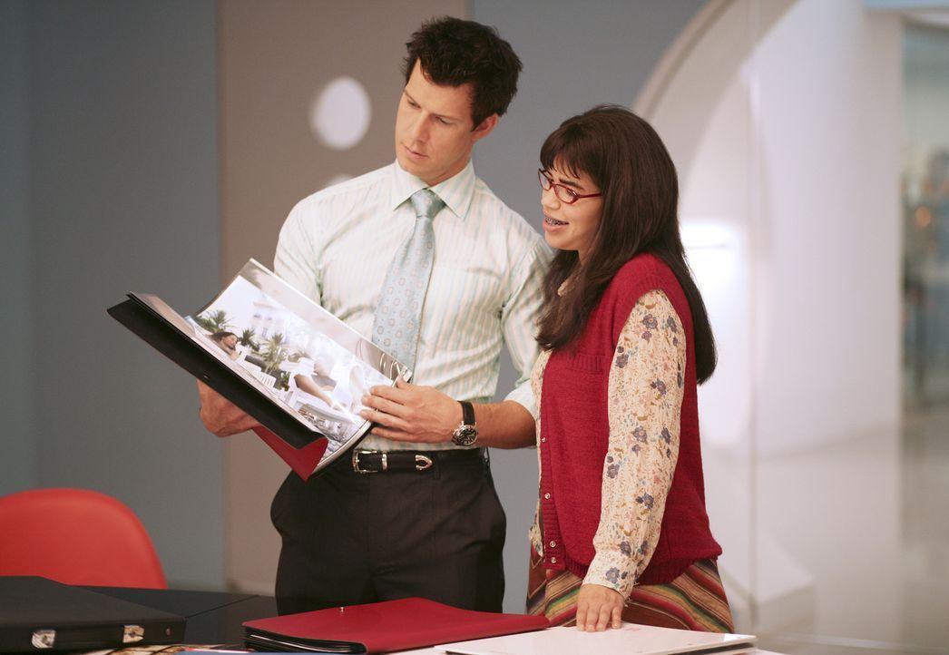 Betty (America Ferrera, r.) versucht Daniel (Eric Mabius, l.) einen großen Gefallen zu tun ... - Bildquelle: Buena Vista International Television