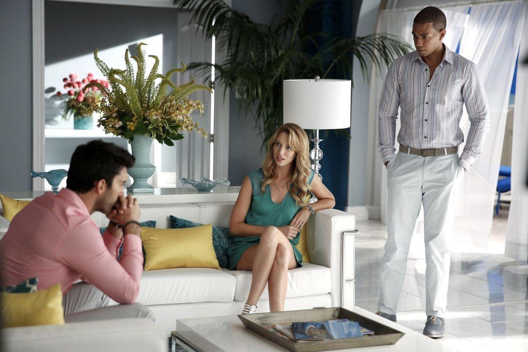 Noch ahnt Rafael (Justin Baldoni, l.) nicht, dass er von seiner Frau Petra (Yael Grobglas, M.) und seinem besten Freund Roman (Alano Miller, r.) bet... - Bildquelle: 2014 The CW Network, LLC. All rights reserved.
