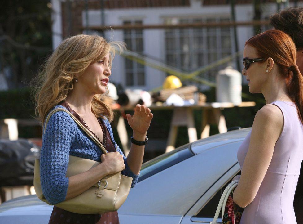 Lynette (Felicity Huffman, l.) fühlt sich zur Kirche hingezogen, nachdem sie den Krebs und den Tornado überstanden hat und bittet Bree (Marcia Cross... - Bildquelle: ABC Studios