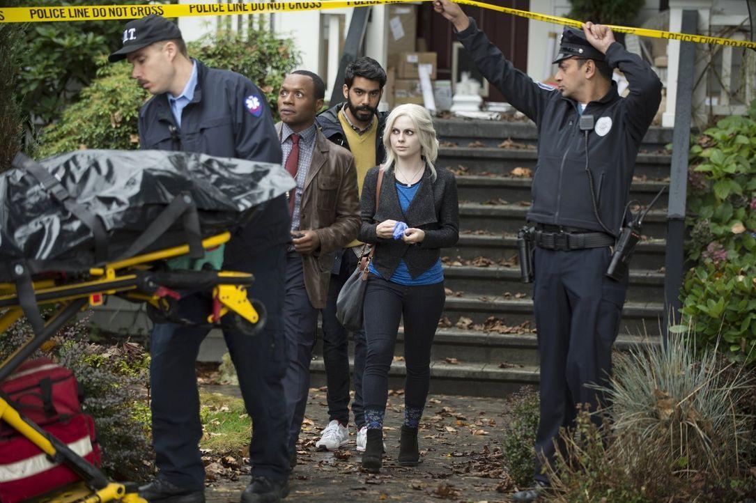 Clive (Malcolm Goodwin, 2.v.l.), Ravi (Rahul Kohli, M.) und Liv (Rose McIver, 2.v.r.) müssen zusammenarbeiten, um den Mord an einem Hacker aufzuklär... - Bildquelle: Warner Brothers