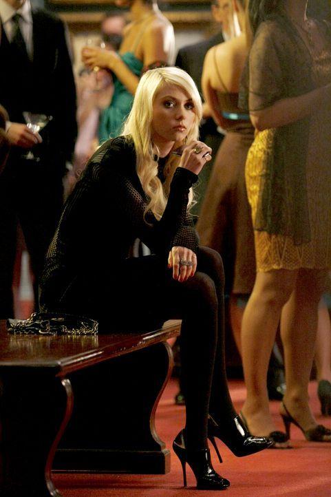Damit Rufus seine aufmüpfige Tochter (Taylor Momsen) immer im Auge behalten kann, muss sie gezwungenermaßen mit auf die Party. - Bildquelle: Warner Brothers.