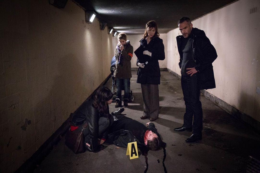 Als ein Mann ermordet und mit einem aufgeritzten Grinsen aufgefunden wird, beginnen Adèle (Juliette Roudet, l.), Emma (Sophie de Fürst, 2.v.l.), Doc... - Bildquelle: Eloïse Legay 2016 BEAUBOURG AUDIOVISUEL / Eloïse Legay