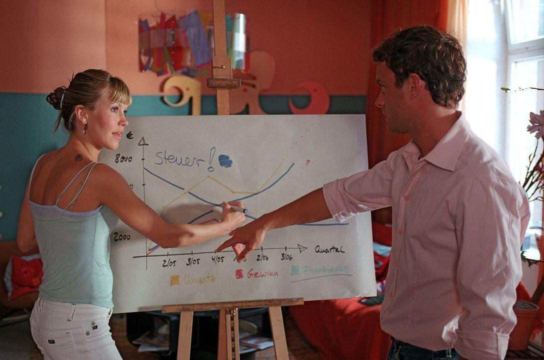 Isabelle (Wolke Hegenbarth, l.) bekommt von Daniel (André Röhner, r.) geschäftliche Nachhilfestunden. - Bildquelle: Sat.1