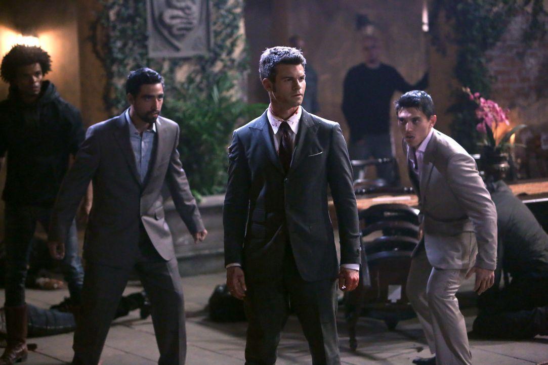 Elijah wird von den Werwölfen angegriffen - Bildquelle: Warner Bros. Entertainment Inc.