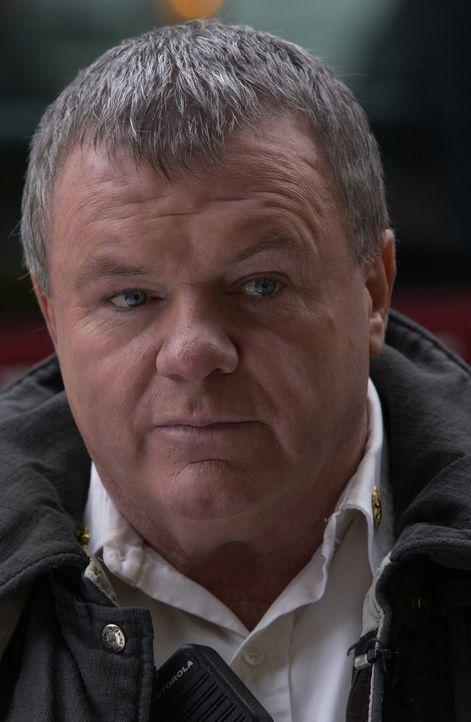 Chief Jerry Reilly (Jack McGee) ist nach wie vor vom Dienst suspendiert. Nun droht ihm sogar eine Verurteilung, weil der Barkeeper gegen ihn aussage...